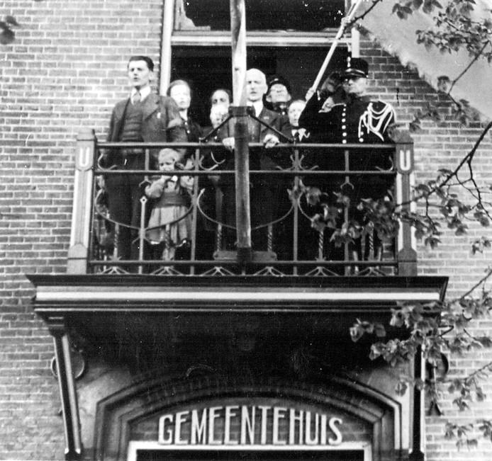 Op 19 april 1945 sprak de toenmalige burgemeester van Epe de bevolking toe vanaf het bordes van het gemeentehuis.