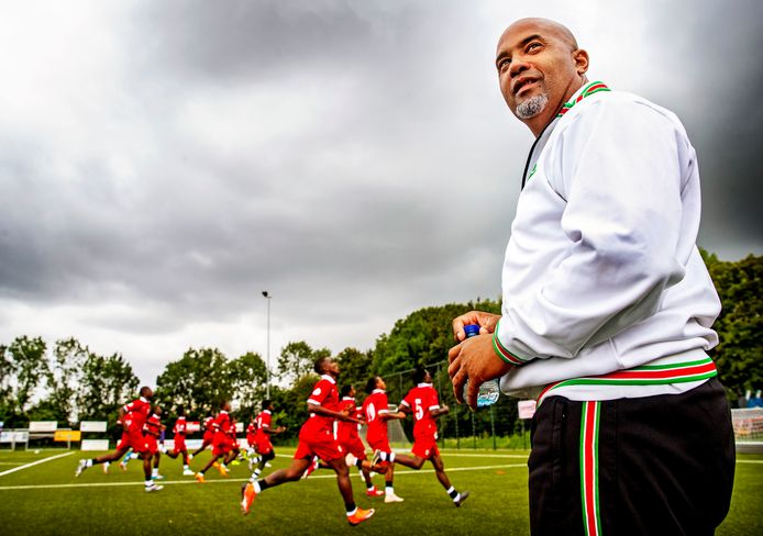 Dean Gorré als bondscoach van Suriname bij de training in Badhoevedorp.