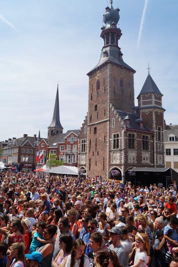 Een volle Tieltse markt tijdens de Europafeesten in 2019. We leefden toen in een andere wereld.