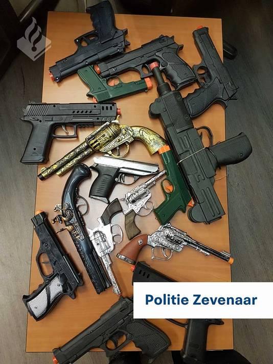 De nepwapens die de politie van Zevenaar maandag in beslag nam.