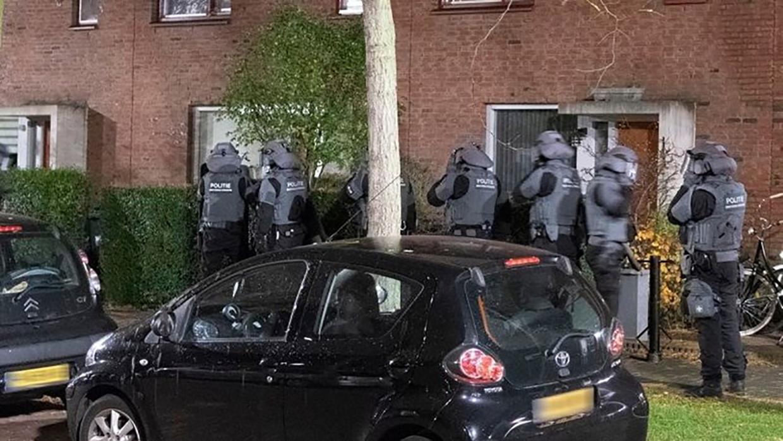 Eind november 2018, de politie doet een inval bij de Amsterdamse crimineel Greg R., een van de verdachten in het Eris-proces. Beeld Politie