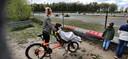 Fietsen voor Spieren voor Spieren. Even pauze bij de kartbaan. Lukas van den Heuvel (voor op de fiets) met zijn moeder en broertjes.