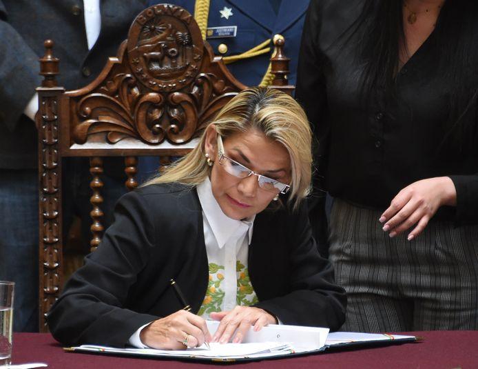 Boliviaans interimpresidente Jeanine Añez ondertekent de wet.