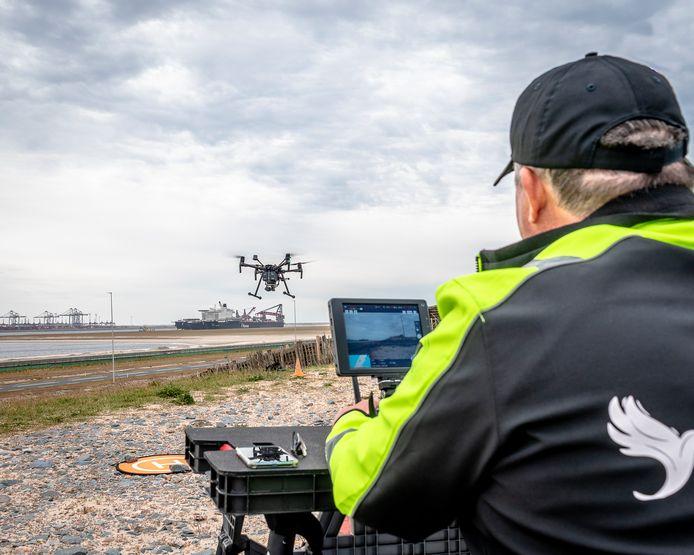 De drone levert voor het eerst een pakketje op een schip.