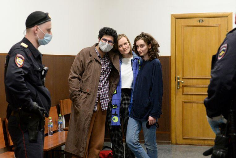 Armen Aramyan, Natalya Tyshkevich en Alla Gutnikova, redacteuren van het Russische tijdschrift DOXA, wachten op een rechtszitting in Moskou. Beeld AP