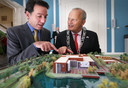 Diplomaat Adam Sterling en burgemeester Hoekema kijken in september 2013 naar de maquette van de nieuwe Amerikaanse ambassade.