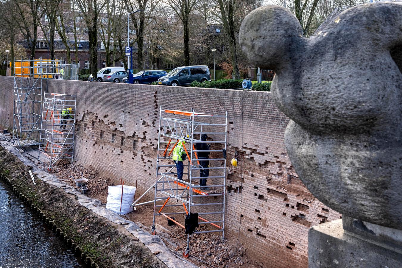 Bij het Kruithuis aan de Aa en de Citadellaan wordt hard gewerkt om de muur te renoveren.
