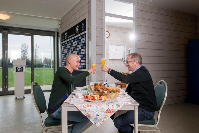Julian Droog en Eric Meijers aan tafel,  op de plek van het gefilmde incident.