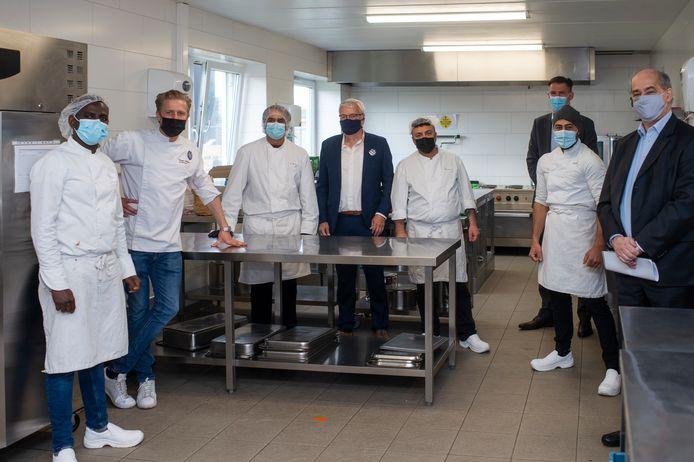 Het team van chefs in opleiding met Seppe Nobels, Chris Bryssinckx (Gatam), Bjorn Cuyt (VDAB), Claude Marinower (Schepen van werk, Open VLD).
