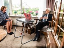 Burgemeester bezoekt oudste inwoner van gemeente Alphen: Meneer Bij de Vaate blaast 105 kaarsjes uit