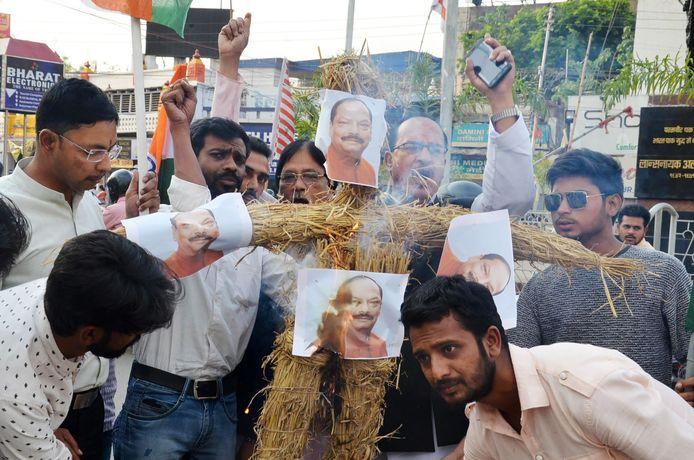 Betogers steken een pop met het gezicht van Eerste Minister Raghubar Das in brand uit protest tegen de zwakke maatregelen tegen verkrachting in India.