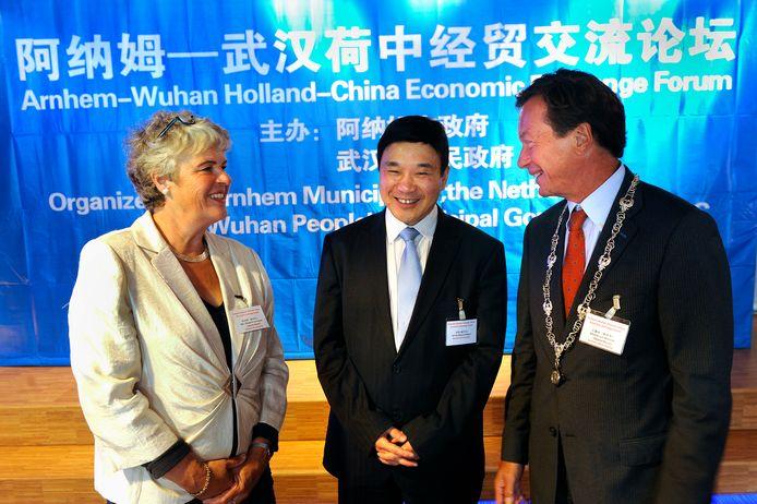 Beeld uit de hoogtijdagen van de stedenband: wethouder Margreet van Gastel, Sun Ya de locoburgemeester van Wuhan en locoburgemeester Michiel van Wessem in 2011.