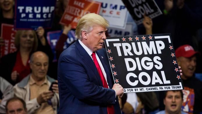 Donald Trump tijdens zijn campagne waar hij vaak naar gebieden ging waar de teloorgang van de kolenindustrie tot verlies van werkgelegenheid heeft geleid.