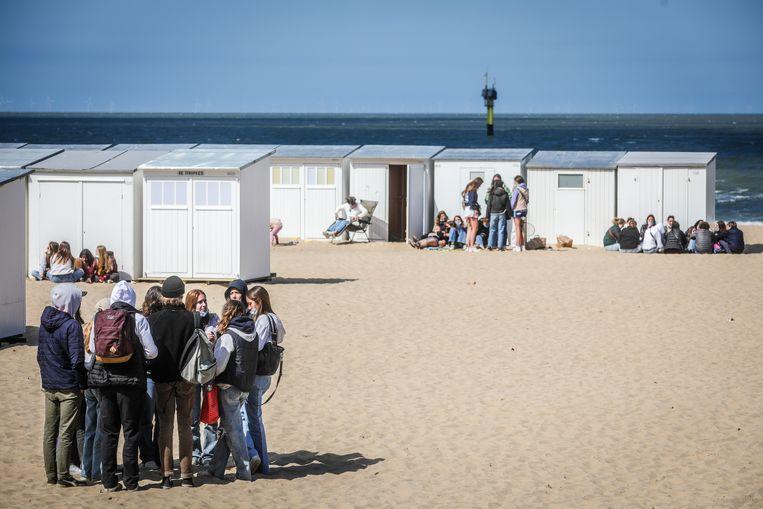 Jongeren op het strand in Knokke. 'Deze crisis is, over het algemeen, veel meer een breuk met de levensstijl van jongeren dan met die van ouderen.' Beeld Benny Proot