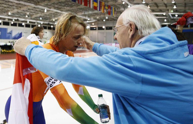 2013-01-28 SALT LAKE CITY - Michel Mulder met vader Ruud na de 2e 1000 meter op het WK Sprint in de Olympic Oval. ANP JERRY LAMPEN Beeld Nederlandse Freelancers