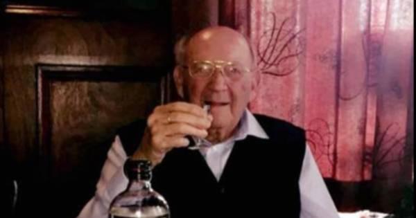 Piet (103) overleeft corona en zit thuis weer aan een borreltje