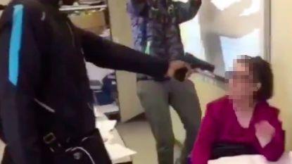 VIDEO. Tiener (16) bedreigt lerares en houdt nepwapen tegen haar hoofd