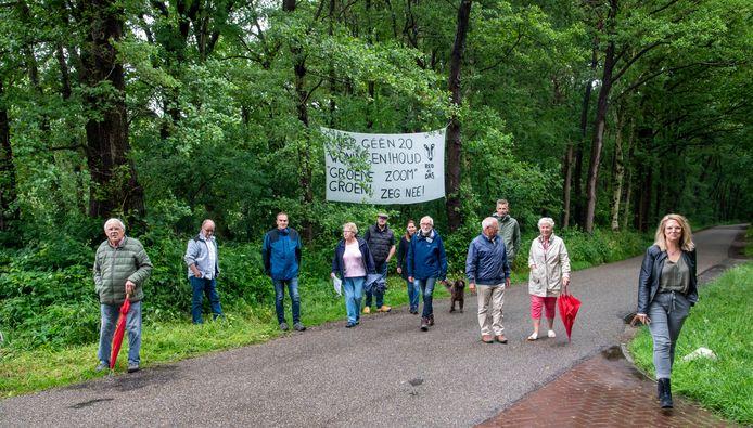 Buurtbewoners protesteren tegen de komst van twintig microwoningen aan de Horloseweg, op de grens tussen Ermelo en Harderwijk.