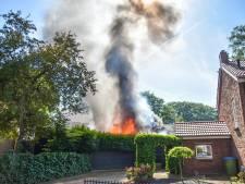 Brandweer voorkomt dat felle brand overslaat op woning in Oosterbeek, schuren in vlammen op