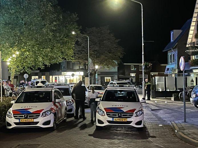 De politie rukte met veel wagens en een helikopter uit naar de kermis in Someren.