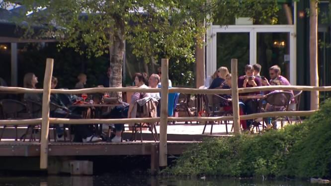Toeristen zakken massaal af naar vakantieparken en de kust