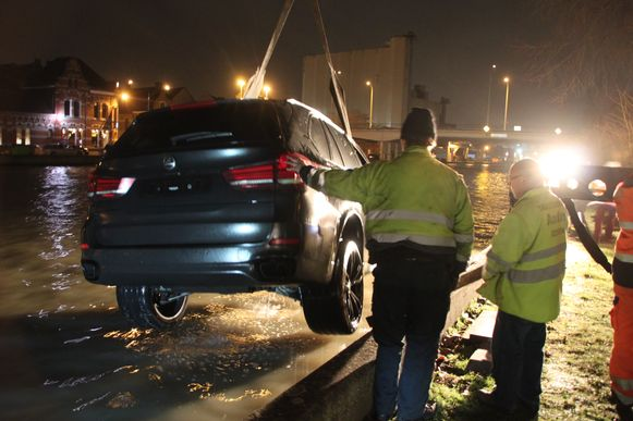 Een takelfirma kon de gezonken BMW X5 met hulp van de brandweer uit het water trekken.