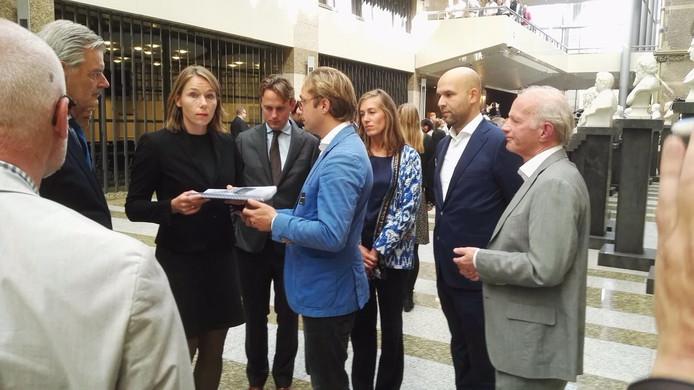 CDA-politica Hanke Bruins Slot ontving de handtekeningen door Boaz Spermon.