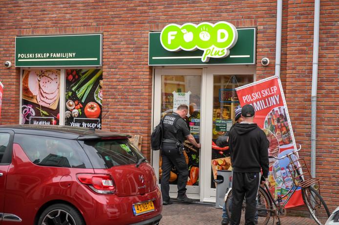 Bewapende douaniers met kogelwerende vesten hebben een controle gedaan bij een Poolse supermarkt in Alphen.