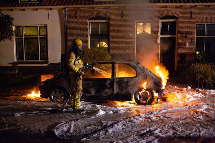 De brandende auto werd onder meer met schuim geblust