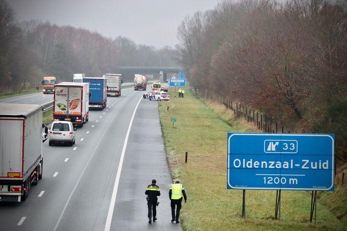 Op de A1 tussen De Lutte en Oldenzaal heeft vrijdagochtend een eenzijdig ongeval plaatsgevonden. Een politiewagen die naar het ongeval onderweg was, kreeg tijdens die spoedrit een klapband. Bij beide ongevallen vielen geen gewonden.