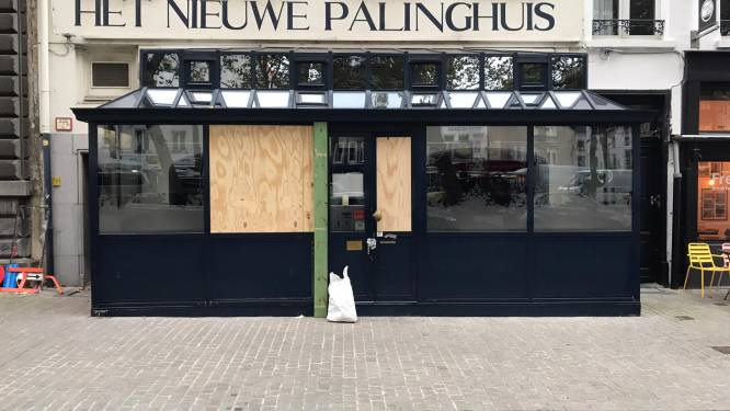 Dubbele pech: dag voor sluiting horeca botst auto tegen veranda van Het Nieuwe Palinghuis