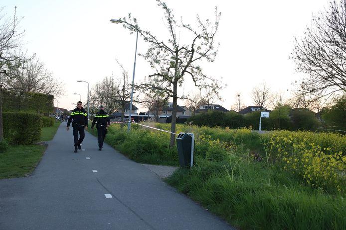 Agenten hebben wijkpark Passewaaij in Tiel afgezet met linten na een steekpartij waarbij een jongen gewond is geraakt.