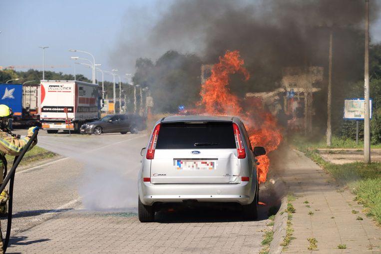 De wagen stond bij aankomst van de brandweer al in lichterlaaie.