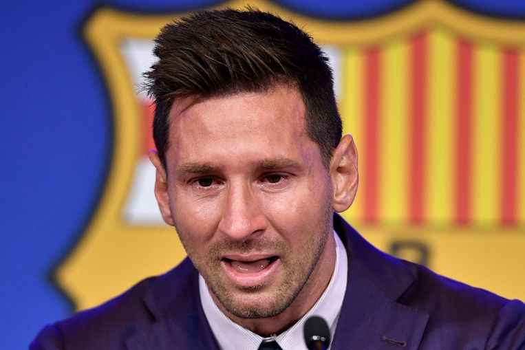 Barcelona's Argentinian forward Lionel Messi cries during a press conference at the Camp Nou stadium in Barcelona on August 8, 2021. - The six-time Ballon d'Or winner Messi had been expected to sign a new five-year deal with Barcelona on August 5 but instead, after 788 games, the club announced he is leaving at the age of 34. (Photo by Pau BARRENA / AFP) Beeld AFP