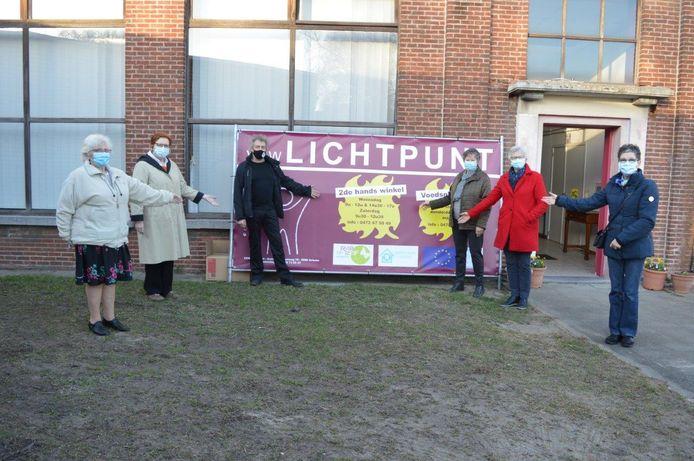 De leden van de vzw Lichtpunt aan hun nieuwe tijdelijke locatie.