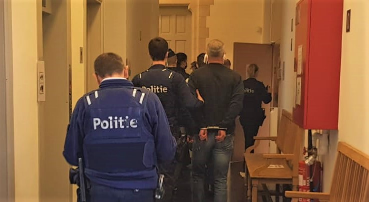 Enkele verdachten worden terug naar de gevangenis gebracht na hun proces, waarvan de pleidooien een volledige voormiddag in beslag namen.