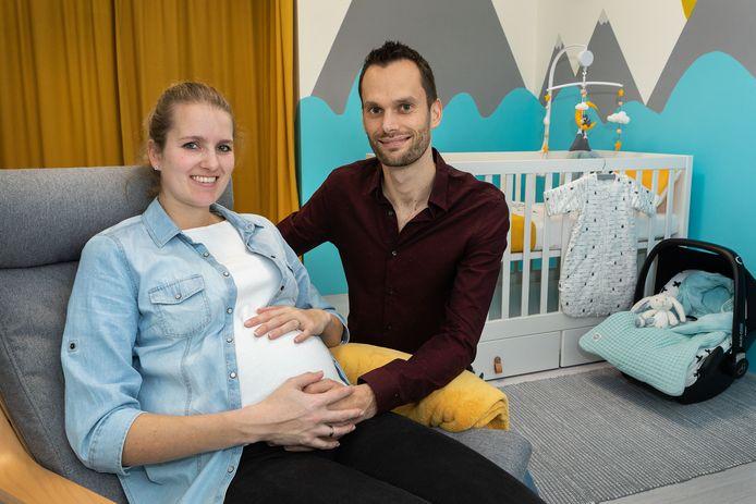 Martijn van der Voort (van Centraal Beheer) met zijn zwangere vrouw Evelien. Ze is eind januari uitgerekend.
