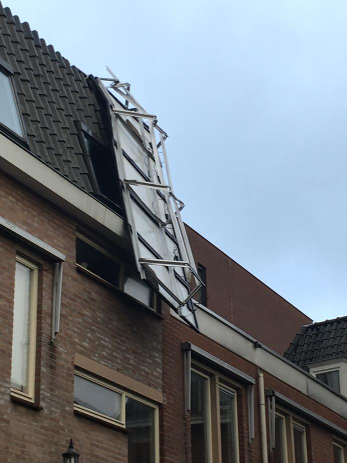 Zonnepanelen op Elisabethplaats in Gemert zijn van het dak gewaaid. Nu wel goed vastgebonden.