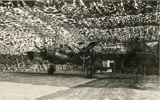 Een Duitse Junkers Ju-88 in één van de 'avioles' op het vliegveld.