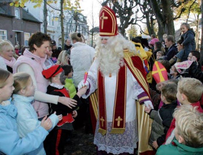 Sinterklaas wandelt door het Trouwlaantje van Oisterwijk (2004)