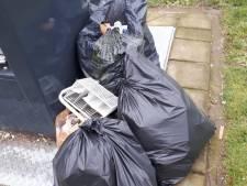 Twintig boetes voor afvalzakken naast container