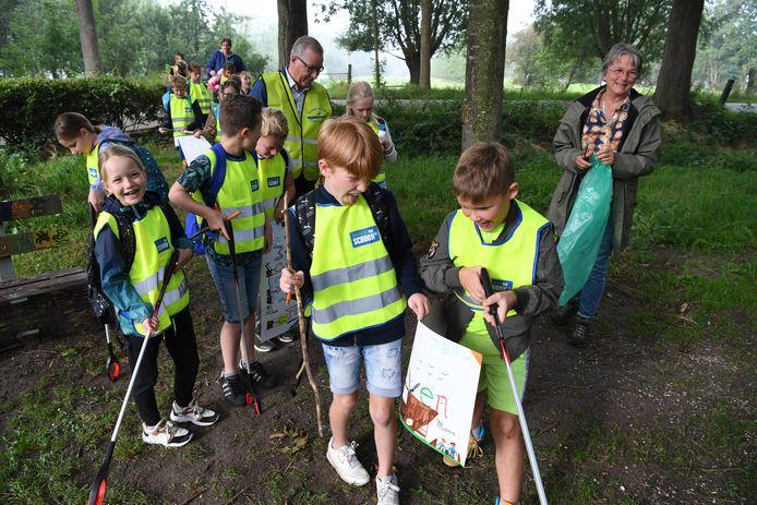 In het kader van World Cleanup Day 2021 gingen leerlingen van De Wegwijzer hun dorp 's Gravenmoer woensdag ontdoen van zwerfvuil.