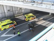 Persoon gewond bij knal op vangrail van aquaduct, A4 naar Den Haag vast