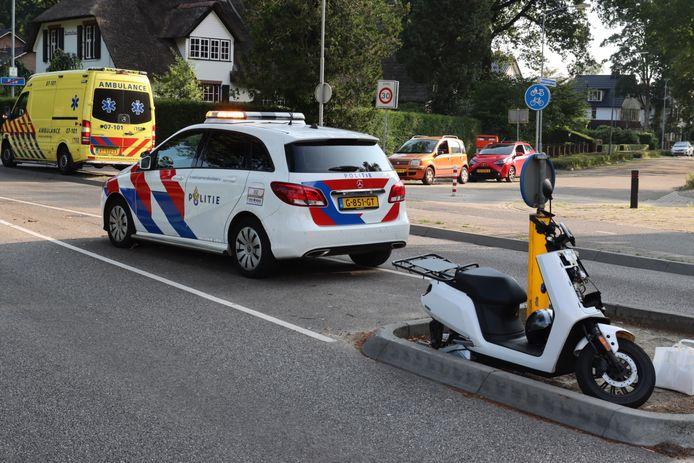 Op kruising van de Enkalaan en de Bennekomseweg in Ede is een dubbel ongeluk gebeurd. Eerst botste een scooter en een personenauto. Vlak daarna botsten twee personenauto's en een busje op elkaar.