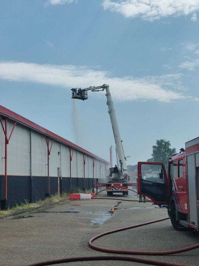 De brandweer houdt de priklocatie van de GGD koel.