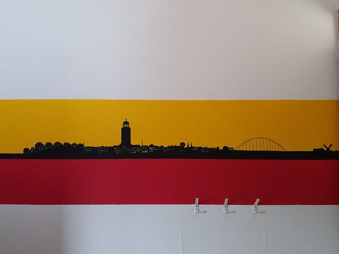 Vader Peter en zoon Wouter Vos hebben een paar jaar geleden op Wouters kamer een schildering gemaakt van de skyline van Deventer. Persoonlijk vind ik hem erg geslaagd, laat moeder Marjolein Fransen weten.