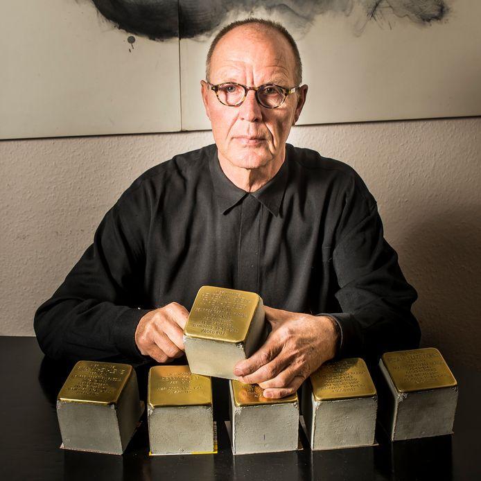 Antek Olszanowski met zes exemplaren van de Stolpersteine