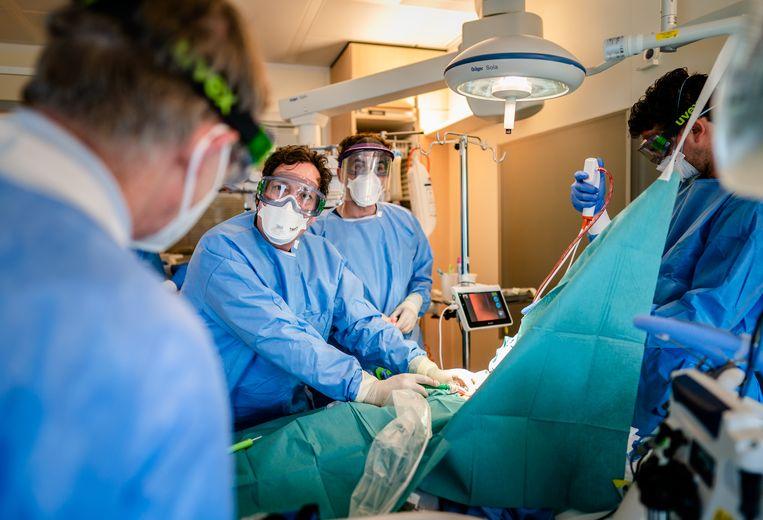 In het Leids Universitair Medisch Centrum wordt een covidpatiënt behandeld. Door de coronacrisis hadden ziekenhuizen het afgelopen maanden te druk voor veel reguliere zorg. Beeld Hollandse Hoogte /  ANP