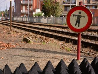 Voetganger (83) belandt aan overweg tegen trein en sterft, vrouw (82) kritiek