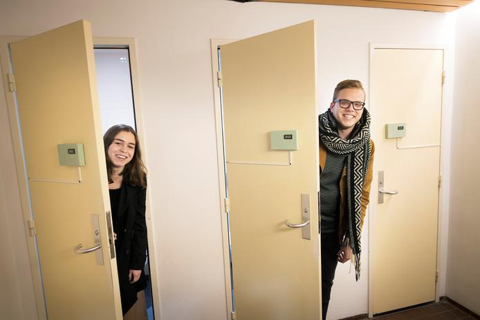 Dionne Kersten en Wouter Marinissen bij de toiletten waarbij gemeten wordt hoe vaak mensen naar de wc gaan.